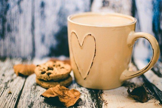 šálek a sušenka