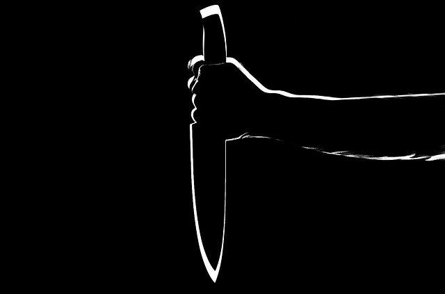 ruka držící nůž